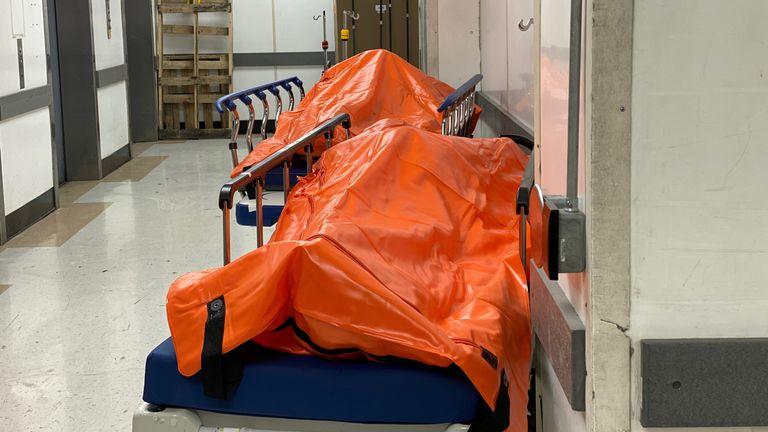 Des corps sont vus à l'intérieur de l'hôpital Wyckoff