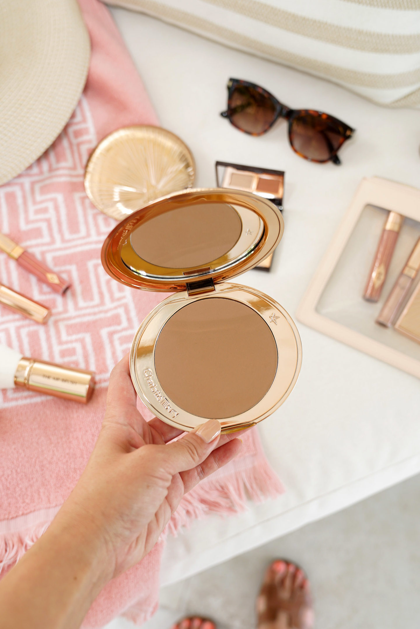 Bronzer aérographe Charlotte Tilbury en moyen | The Beauty Look Book