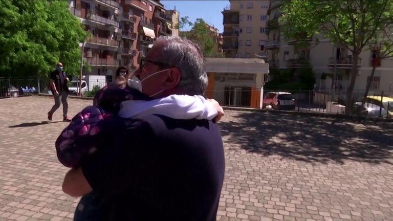 Un grand-père et sa fille se réunissent