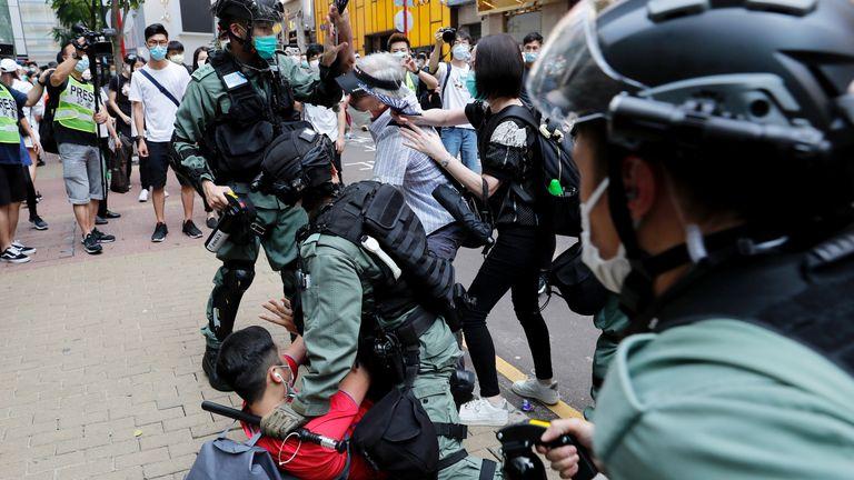 Des manifestants anti-gouvernementaux se disputent avec la police anti-émeute avant l'approbation du projet de loi