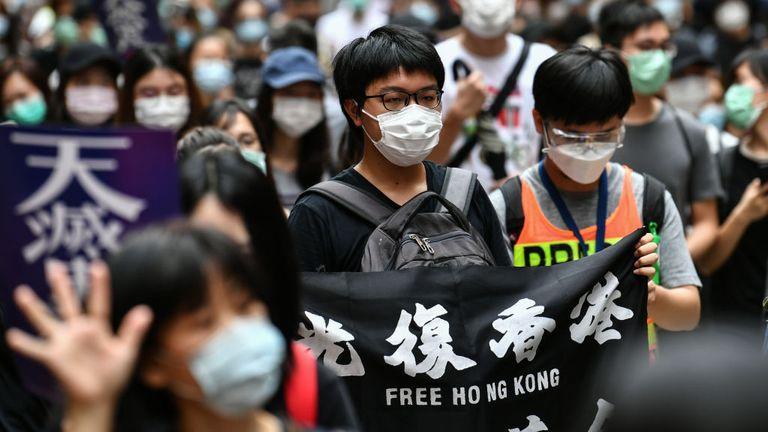 Les manifestants marchent sur une route lors d'un rassemblement pro-démocratie contre un nouveau projet de loi sur la sécurité à Hong Kong le 24 mai 2020. - Le projet de loi devrait interdire la trahison, la subversion et la sédition, et suit les avertissements répétés de Pékin qu'il ne tolèrent plus longtemps la dissidence à Hong Kong, qui a été ébranlée par des mois de manifestations antigouvernementales massives, parfois violentes, l'an dernier. (Photo par Anthony WALLACE / AFP) (Photo par ANTHONY WALLACE / AFP via Getty Images)