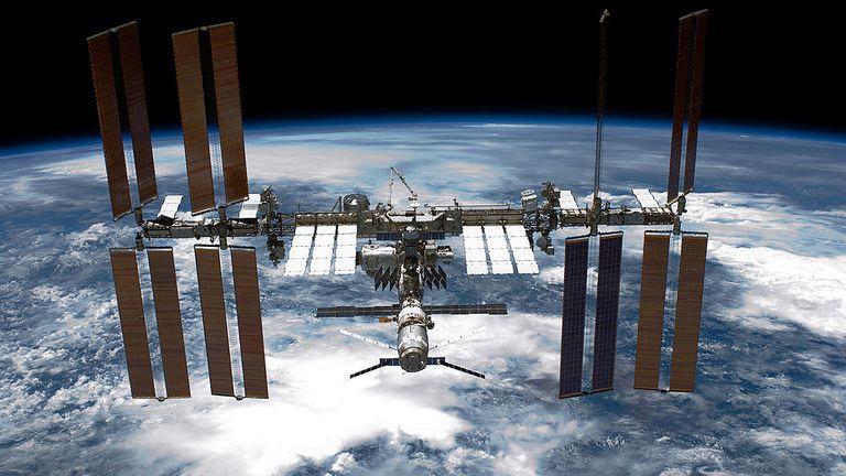 DANS L'ESPACE - 29 MAI: Dans ce document fourni par la National Aeronautics and Space Administration (NASA), retombé par la planète Terre, la Station spatiale internationale (ISS) est vue depuis la navette spatiale Endeavour de la NASA après que la station et la navette ont commencé leur relation après le désamarrage séparation le 29 mai 2011 dans l'espace. Après 20 ans, 25 missions et plus de 115 millions de miles dans l'espace, la navette spatiale Endeavour de la NASA est sur la dernière étape de son dernier vol vers la Station spatiale internationale avant d'être retirée et donnée au California Science Center de Los Angeles. Capt. Mark E. Kelly, représentant américain Gabrielle Giffords & # 39; (D-AZ), mari, a dirigé la mission STS-134 en livrant le transporteur logistique express-3 (ELC-3) et le spectromètre magnétique alpha (AMS-2) à la Station spatiale internationale. (Photo de la NASA via Getty Images)