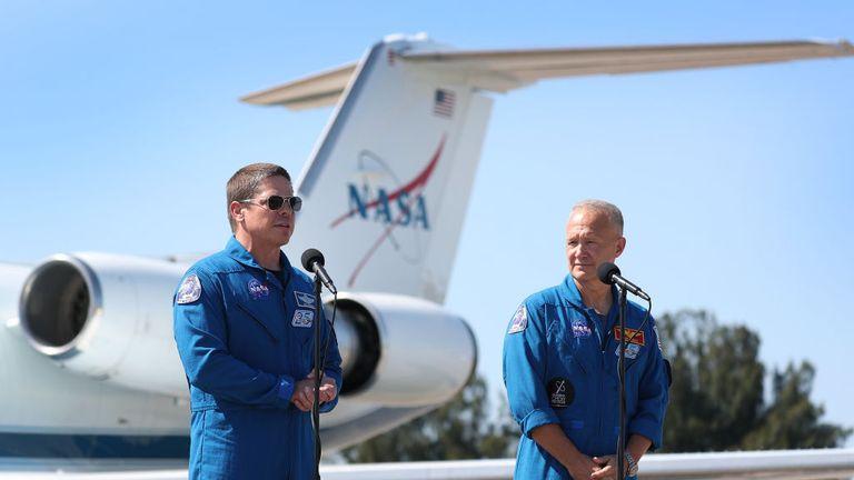 CAPE CANAVERAL, FLORIDE - 20 MAI: les astronautes de la NASA Bob Behnken (L) et Doug Hurley s'adressent aux médias après leur arrivée au Kennedy Space Center le 20 mai 2020 à Cape Canaveral, en Floride. Les astronautes sont arrivés pour le vol inaugural prévu le 27 mai du vaisseau spatial Crew Dragon de SpaceX. Ce seront les premières personnes depuis la fin du programme de la navette spatiale en 2011 à être lancées dans l'espace depuis les États-Unis. (Photo de Joe Raedle / Getty Images)
