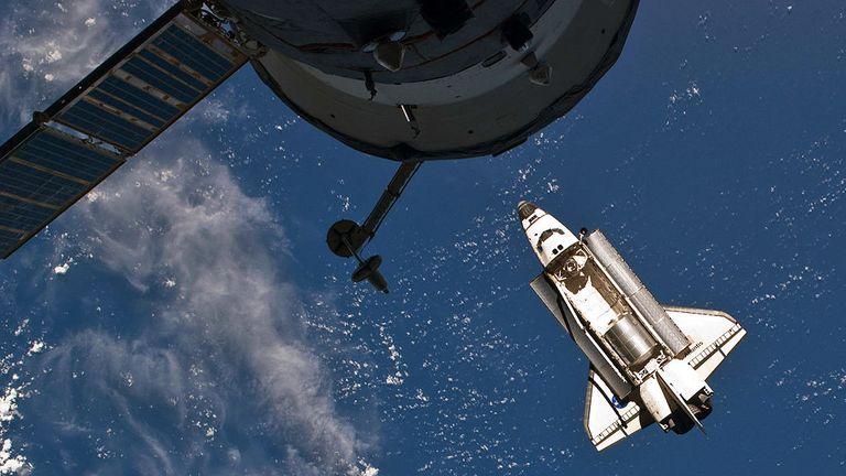 DANS L'ESPACE - 10 JUILLET: Dans cette image fournie par la National Aeronautics and Space Administration (NASA), la navette spatiale de la NASA Atlantis en orbite terrestre juste avant de s'arrimer pour la dernière fois avec la Station spatiale internationale le 10 juillet 2011 dans l'espace. Atlantis a entamé une mission de 12 jours à la Station spatiale internationale où elle livrera le module logistique polyvalent Raffaello rempli de fournitures et de pièces de rechange. Ce sera le lancement final du programme de navette spatiale, qui a commencé le 12 avril 1981 avec le lancement de la Colombie. (Photo de la NASA via Getty Images)
