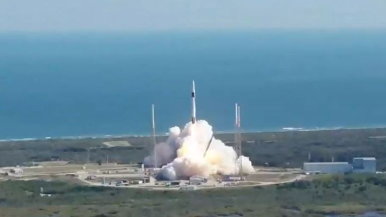 Une fusée SpaceX Falcon 9 décolle du complexe de lancement spatial 40 de la station de Cap Canaveral Air Force en Floride à 12 h 29. EST le 5 décembre 2019, pour la 19e mission des Services de réapprovisionnement commercial (CRS-19) de la société à la Station spatiale internationale. Crédit photo: NASA
