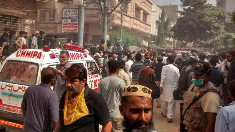 Photo: REHAN KHAN / EPA-EFE / Shutterstock  Le PIA Airbus A-320 s'est écrasé à Karachi, Pakistan - 22 mai 2020 Une ambulance arrive près du lieu d'un accident d'avion de passagers de la compagnie d'État Pakistan International Airlines à Karachi, Pakistan, le 22 mai 2020. Un vol PIA Airbus A-320 de Lahore à Karachi transportant quelque 107 passagers et membres d'équipage, s'est écrasé lors de l'atterrissage à Karachi le 22 Mai.  22 mai 2020
