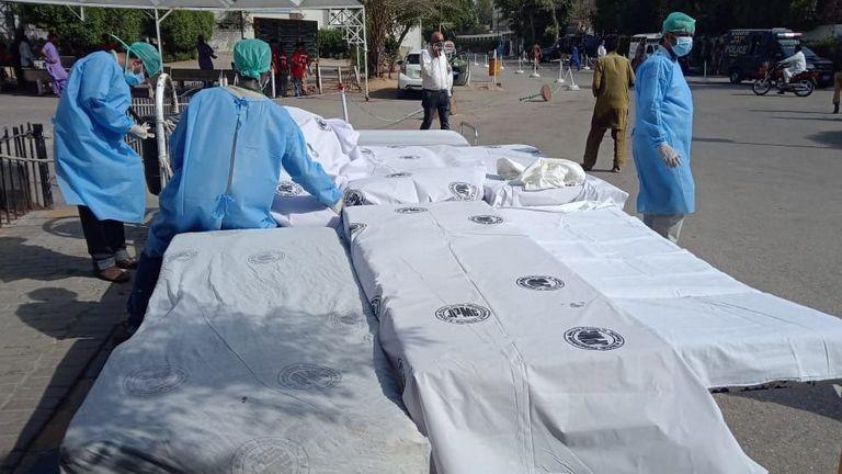 Photo: SHAHZAIB AKBER / EPA-EFE / Shutterstock  Le PIA Airbus A-320 s'est écrasé à Karachi, Pakistan - 22 mai 2020 Le personnel de l'hôpital se prépare à recevoir les victimes de l'accident d'avion de passagers de la compagnie d'État Pakistan International Airlines à Karachi, Pakistan, le 22 mai 2020. Un vol PIA Airbus A-320 de Lahore à Karachi transportant quelque 107 passagers et membres d'équipage, s'est écrasé lors de l'atterrissage à Karachi le 22 mai.  22 mai 2020