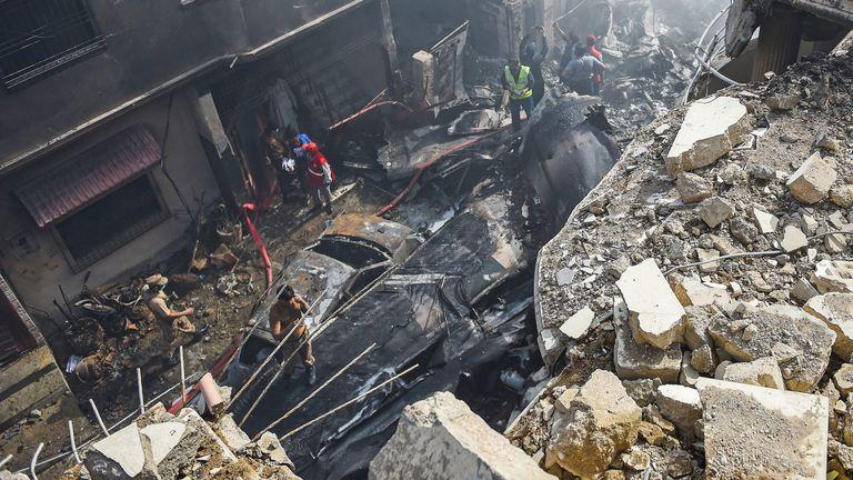 Des sauveteurs se rassemblent sur le site après qu'un avion de Pakistan International Airlines s'est écrasé dans un quartier résidentiel de Karachi le 22 mai 2020. - Un avion pakistanais avec près de 100 personnes à bord s'est écrasé dans un quartier résidentiel de la ville de Karachi, dans le sud du pays, le 22 mai. tuant plusieurs personnes sur le terrain. (Photo de Rizwan TABASSUM / AFP) (Photo de RIZWAN TABASSUM / AFP via Getty Images)