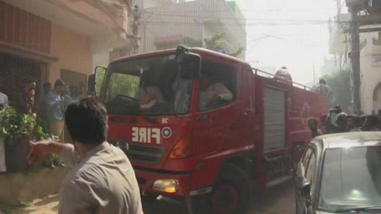 Des pompiers se sont précipités sur les lieux et un homme les a dirigés à travers la foule. Image: APTN Direct