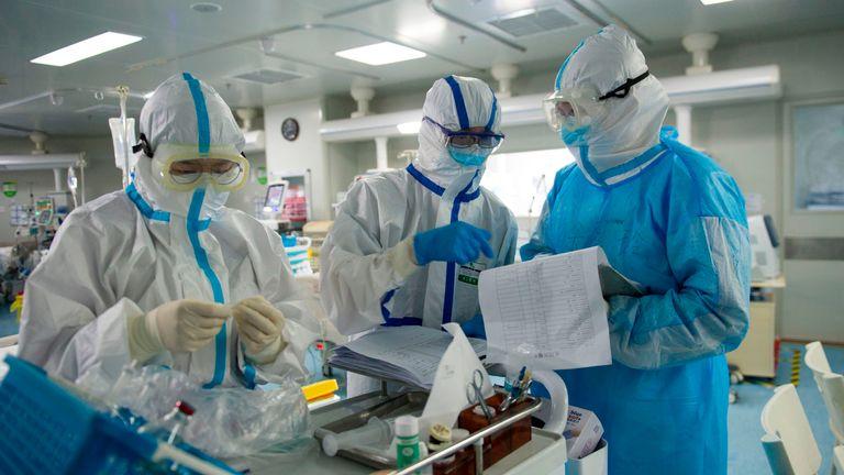 Cette photo prise le 22 février 2020 montre du personnel médical vérifiant des notes dans une unité de soins intensifs traitant des patients atteints de coronavirus COVID-19 dans un hôpital de Wuhan, dans la province centrale du Hubei en Chine.  - La Chine a signalé le 26 février 52 nouveaux décès de coronavirus, le chiffre le plus bas en plus de trois semaines, portant le nombre de morts à 2715.  (Photo par STR / AFP) / China OUT (Photo par STR / AFP via Getty Images)