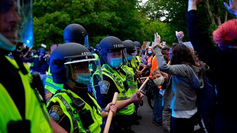 Des manifestants affrontent la police lors d'une manifestation pacifique à Boston