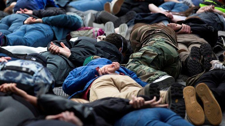 Des manifestants de Seattle gisaient sur le sol pour imiter la position de M. Floyd à sa mort