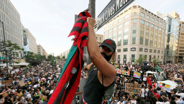 Les manifestants ont rempli la nouvelle Black Lives Matter Plaza sur la 16e rue près de la Maison Blanche à Washington DC