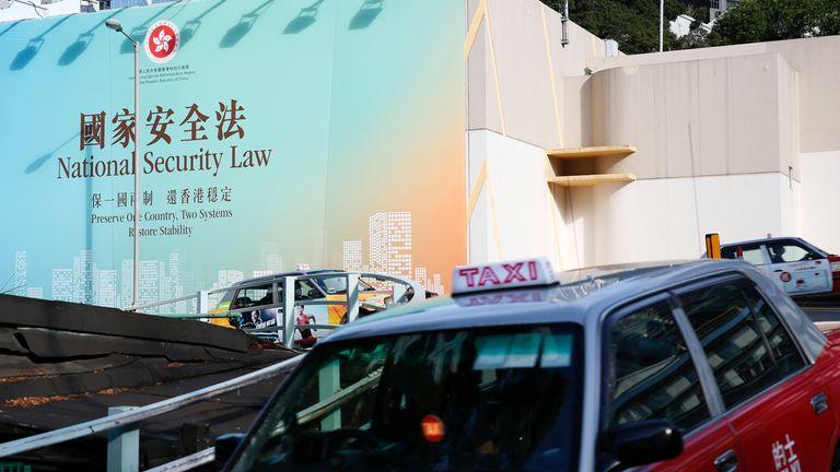 De grandes publicités gouvernementales promouvant la loi sur la sécurité nationale ont été placées autour de Hong Kong