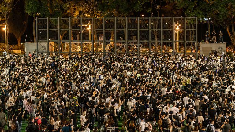 HONG KONG, CHINE - 4 JUIN: Les participants tiennent des bougies alors qu'ils prennent part à une veillée commémorative à Victoria Park le 4 juin 2020 à Hong Kong, Chine.  Traditionnellement, la veillée commémorative annuelle a lieu à Victoria Park pour marquer le massacre de la place Tiananmen en 1989 a été interdite en raison de la restriction de distanciation sociale de Covid 19 (Photo par Anthony Kwan / Getty Images)