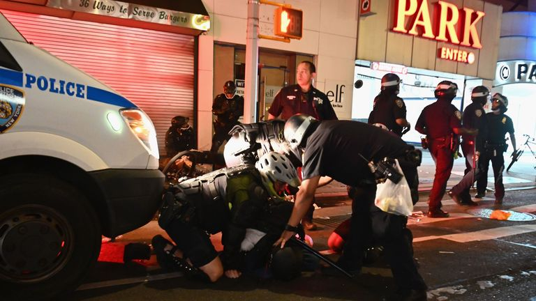 Des personnes sont arrêtées après avoir été pillées le 2 juin 2020 à New York. - Des manifestations contre le racisme ont mis plusieurs villes américaines sous couvre-feu pour supprimer les émeutes, à la suite du décès de George Floyd alors qu'il était en garde à vue. (Photo par Angela Weiss / AFP) (Photo par ANGELA WEISS / AFP via Getty Images)