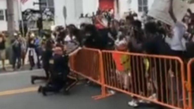 Une foule a applaudi à Hightstown, dans le centre du New Jersey, le mardi 2 juin, lorsqu'un groupe de policiers s'est agenouillé avec des manifestants lors d'un rassemblement Black Lives Matter.
