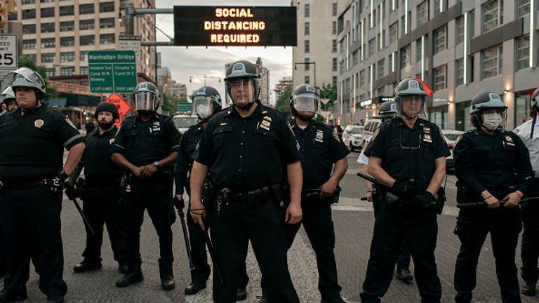 La police de New York a bloqué les manifestants à l'entrée du pont de Manhattan au début du couvre-feu