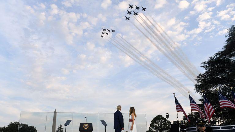 Le président américain Donald Trump et la première dame Melania Trump regardent les Thunderbirds et les Blue Angels survoler les avions en 2020