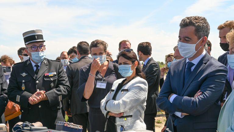 Le ministre britannique de l'Intérieur Priti Patel (C) et le ministre français de l'Intérieur Gerald Darmanin (R), portant des masques faciaux, examinent les équipements de la police française lors de leur visite à Calais le 12 juillet 2020. (Photo DENIS CHARLET / AFP) (Photo DENIS CHARLET / AFP via Getty Images)