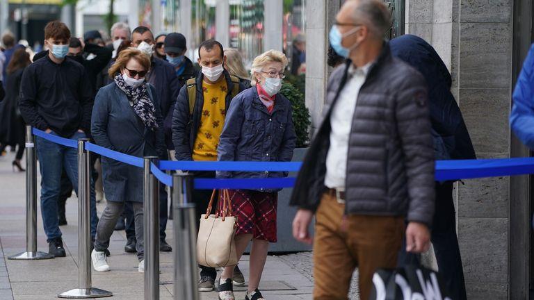 Les acheteurs sortent à Berlin alors que l'Allemagne lève soigneusement son verrouillage