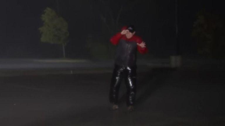 Un journaliste fait le point au milieu d'une onde de tempête