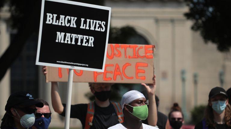 KENOSHA, WISCONSIN - 24 AOÛT: Un panneau Black Lives Matter est suspendu alors que les gens se rassemblent devant le poste de police le jour après qu'un homme noir a été abattu par la police, provoquant l'indignation et des troubles locaux dans la ville le 24 août 2020 à Kenosha, Wisconsin.  La police de Kenosha a tiré sur un homme noir à plusieurs reprises dans le dos hier soir alors qu'il entrait par la portière du conducteur d'un véhicule.  L'homme aurait été identifié comme étant Jacob Blake, a été hospitalisé à Milwaukee dans un état grave.  (Photo par Scott Olson / Getty Images)