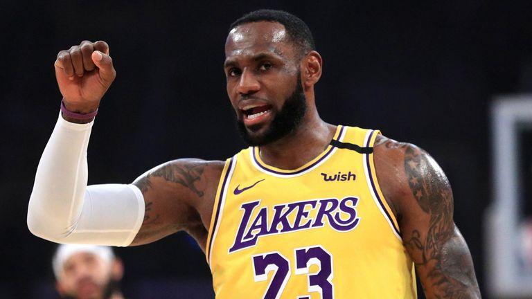 LeBron James appelle une pièce lors de la victoire des Lakers sur les Cavaliers