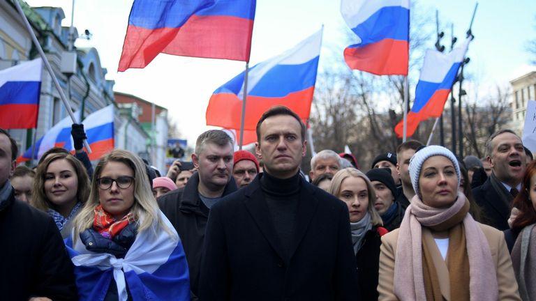 Alexei Navalny marchant à la mémoire du critique assassiné du Kremlin Boris Nemtsov à Moscou en février
