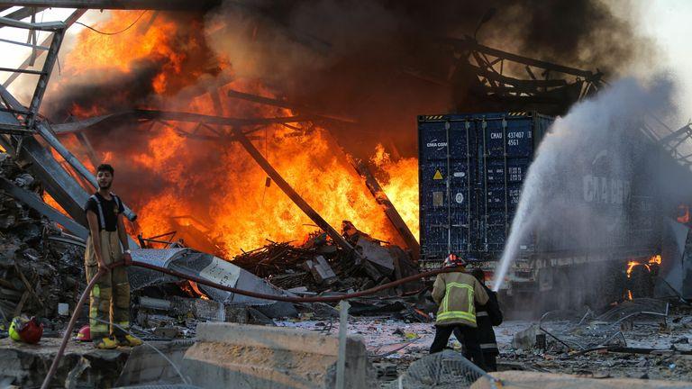 Un pompier éteint un incendie sur les lieux d'une explosion dans le port de la capitale libanaise Beyrouth le 4 août 2020. - Deux énormes explosions ont secoué la capitale libanaise Beyrouth, blessant des dizaines de personnes, secouant des bâtiments et envoyant d'énormes panaches de fumée dans le ciel. .  Les médias libanais ont diffusé des images de personnes piégées sous les décombres, certaines ensanglantées, après les explosions massives, dont la cause n'était pas immédiatement connue.  (Photo par STR / AFP) (Photo par STR / AFP via Getty Images)