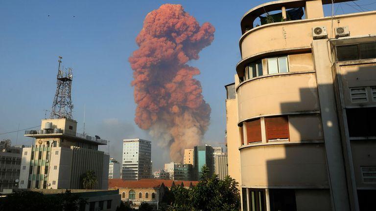 Une photo montre la scène d'une explosion à Beyrouth le 4 août 2020. - Une grande explosion a secoué la capitale libanaise Beyrouth le 4 août, a indiqué un correspondant de l'AFP.  L'explosion, qui a ébranlé des bâtiments entiers et cassé du verre, a été ressentie dans plusieurs parties de la ville.  (Photo par Anwar AMRO / AFP) (Photo par ANWAR AMRO / AFP via Getty Images)