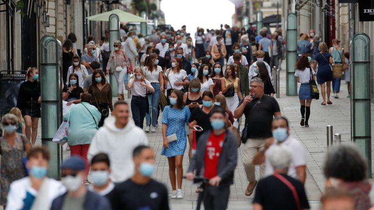 Des personnes portant des masques de protection marchent dans une rue de Nantes alors que la France renforce le port de masque dans le cadre des efforts visant à enrayer une résurgence de la maladie à coronavirus (COVID-19) à travers le pays, France, 24 août 2020. REUTERS / Stephane Mahe