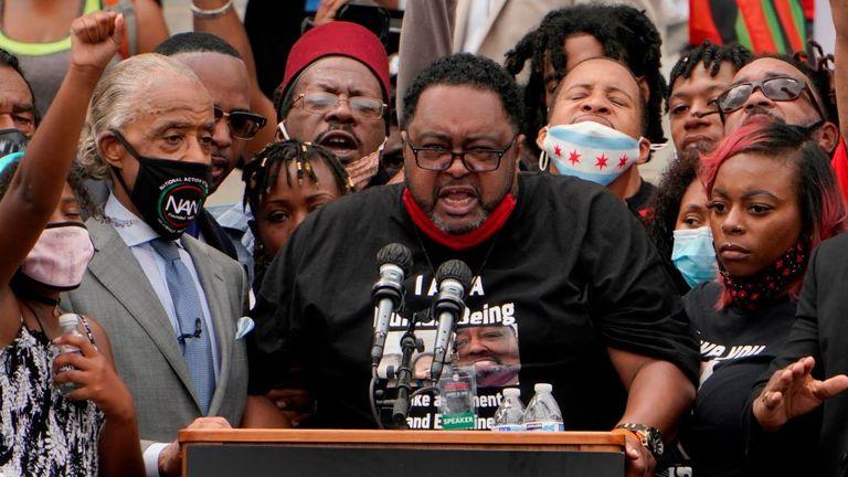 Jacob Blake Sr., père de Jacob Blake, Jr., prend la parole au Lincoln Memorial pendant la