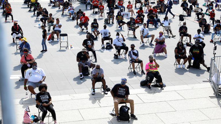 Les manifestants sont assis sur des chaises destinées à la distanciation sociale au Lincoln Memorial