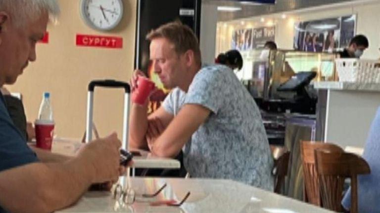 Alexei Navalny est vu dans un aéroport sibérien avant de monter à bord de l'avion où il est tombé malade.  Pic: @djpavlin