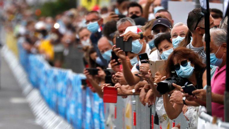 Cyclisme - La Course by Tour de France - Nice, France - 29 août 2020. Les fans portant des masques de protection prennent des photos au départ.  REUTERS / Stéphane Mahe