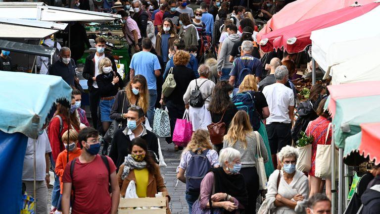 Des personnes portant un masque de protection pour freiner la propagation du nouveau coronavirus (Covid-19) achètent sur un marché le 12 septembre 2020 à Rennes, dans l'ouest de la France.  - L'évolution de la situation épidémiologique du coronavirus en France montre