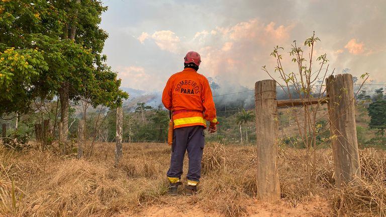 Les pompiers de la municipalité de Sao Felix do Xingu combattent un autre incendie dans la forêt tropicale