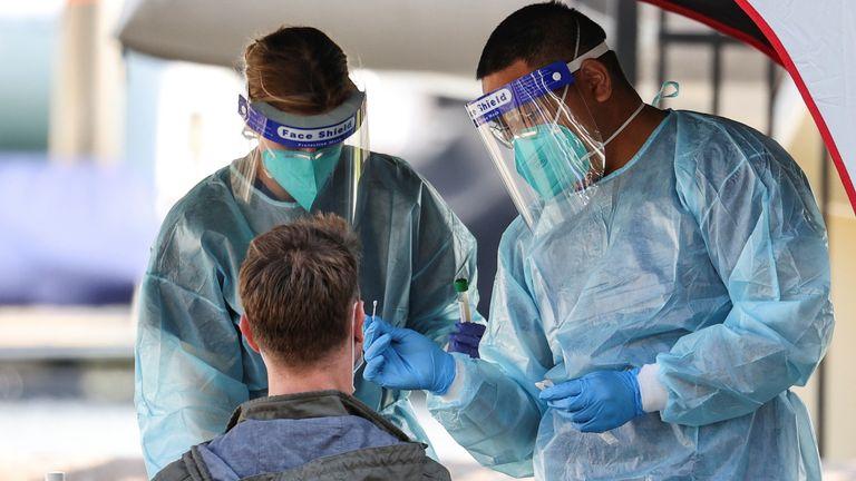 Le personnel médical administre des tests de dépistage du coronavirus dans un centre éphémère à Sydney