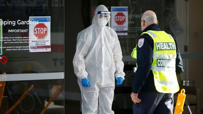Le personnel médical et un commandant de la santé sont vus dans un établissement de soins pour personnes âgées à Melbourne