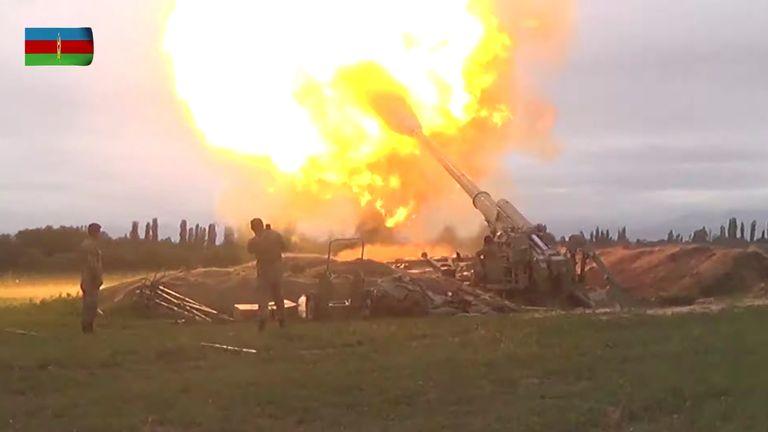 Des membres des forces armées azéries tirant de l'artillerie lors d'affrontements entre l'Arménie et l'Azerbaïdjan sur le territoire du Haut-Karabakh.  Pic: Ministère de la Défense d'Azerbaïdjan / Reuters