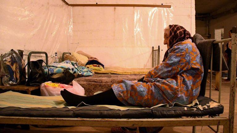 Une femme âgée est assise sur un lit dans le sous-sol d'un immeuble utilisé comme abri anti-bombe dans la ville principale du Haut-Karabakh, Stepanakert