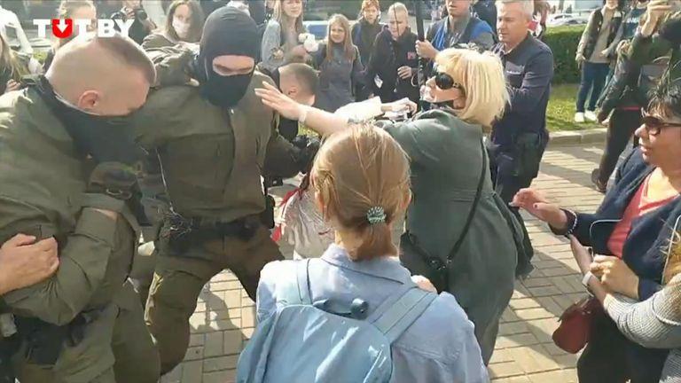 Les femmes qui manifestent en Biélorussie tentent de déchirer les cagoules des policiers qui tentent de les retenir, forçant les policiers à battre en retraite.
