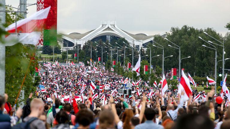 Des dizaines de milliers de manifestants se sont rendus dimanche