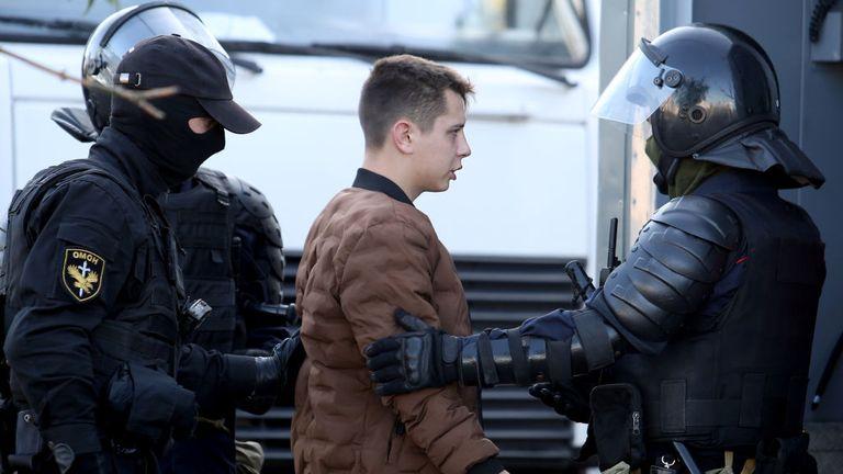 Un homme est arrêté par la police le 20 septembre 2020 à Minsk en marge d'une manifestation appelée par le mouvement d'opposition pour la fin du régime du dirigeant autoritaire Alexander Lukashenko.  - Les autorités biélorusses ont amené aujourd'hui des camions militaires et des barbelés dans le centre de Minsk avant une marche de l'opposition prévue, un jour après que la police a arrêté des centaines de manifestantes.  (Photo par - / TUT.BY / AFP) (Photo par - / TUT.BY / AFP via Getty Images)