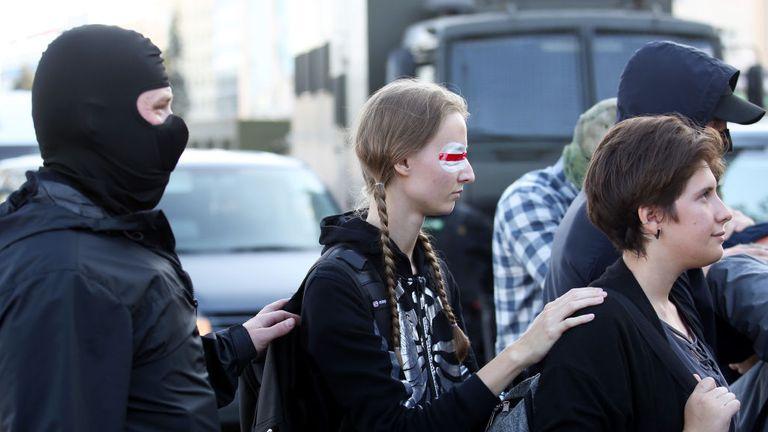 Des femmes sont arrêtées par la police le 20 septembre 2020 à Minsk lors d'une manifestation appelée par le mouvement d'opposition pour la fin du régime du chef autoritaire Alexander Lukashenko.  - Les autorités biélorusses ont amené aujourd'hui des camions militaires et des barbelés dans le centre de Minsk avant une marche de l'opposition prévue, un jour après que la police a arrêté des centaines de manifestantes.  (Photo par - / TUT.BY / AFP) (Photo par - / TUT.BY / AFP via Getty Images)