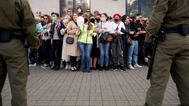 Des femmes se rassemblent devant des agents des forces de l'ordre lors d'un rassemblement pour protester contre les résultats de l'élection présidentielle à Minsk le 19 septembre 2020. - Le président biélorusse Alexander Lukashenko, qui dirige l'ancien État soviétique depuis 26 ans, a affirmé avoir battu le chef de l'opposition Svetlana Tikhanovskaya avec 80% des voix aux élections du 9 août.  (Photo par - / TUT.BY / AFP) (Photo par - / TUT.BY / AFP via Getty Images)
