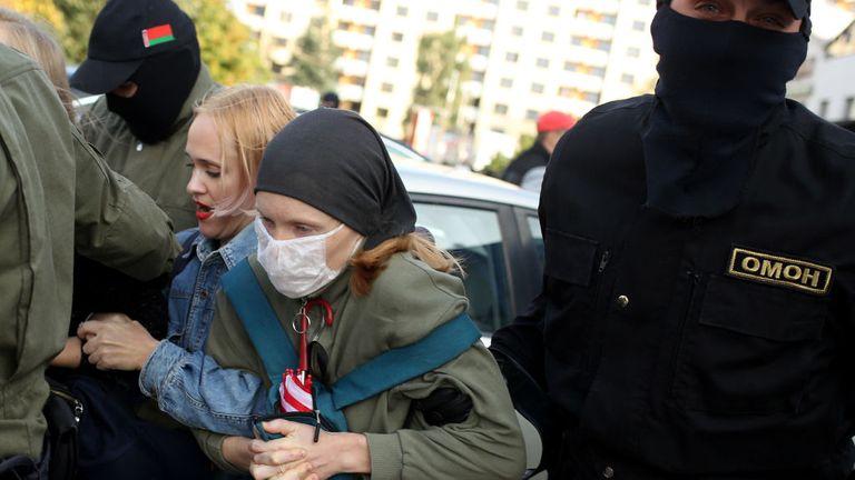 Des agents des forces de l'ordre arrêtent des femmes lors d'un rassemblement pour protester contre les résultats de l'élection présidentielle biélorusse à Minsk le 19 septembre 2020. - Le président biélorusse Alexander Lukashenko, qui dirige l'ex-État soviétique depuis 26 ans, a affirmé avoir battu la chef de l'opposition Svetlana Tikhanovskaya avec 80% des voix aux élections du 9 août.  (Photo par - / TUT.BY / AFP) (Photo par - / TUT.BY / AFP via Getty Images)