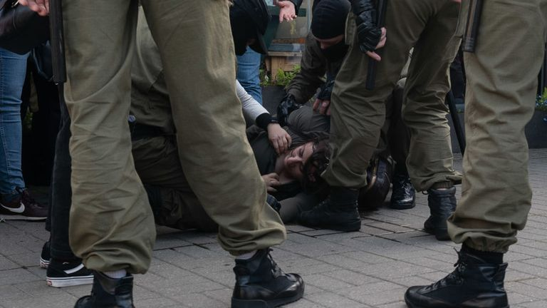 MINSK, BELARUS - 19 SEPTEMBRE: Une femme est blessée à la tête alors que des manifestants pacifiques sont encerclés par la police et arrêtés en masse lors d'une marche de femmes le 19 septembre 2020 à Minsk, en Biélorussie.  Les femmes ont été à l'avant-garde du mouvement de protestation biélorusse à la suite de l'élection présidentielle controversée du 9 août, qui, selon les critiques du gouvernement, a été truquée en faveur de l'actuel président Alexander Lukashenko.  (Photo par Jonny Pickup / Getty Images)