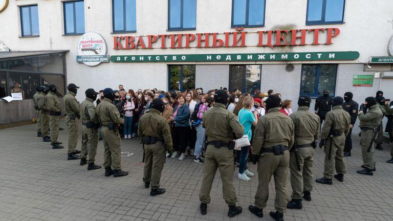 MINSK, BELARUS - 19 SEPTEMBRE: Des manifestants pacifiques sont encerclés par la police et arrêtés en masse lors d'une marche de femmes le 19 septembre 2020 à Minsk, en Biélorussie.  Les femmes ont été à l'avant-garde du mouvement de protestation biélorusse à la suite de l'élection présidentielle controversée du 9 août, qui, selon les critiques du gouvernement, a été truquée en faveur de l'actuel président Alexander Lukashenko.  (Photo par Jonny Pickup / Getty Images)